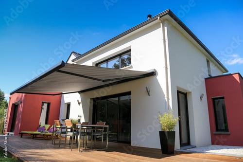 maison moderne, terrasse en bois et store banne  - 85256708