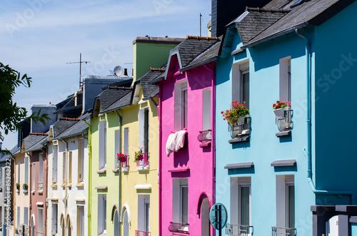 Tuinposter Nice Maisons colorées dans une rue de Brest