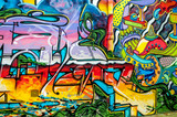 Graffiti o jasnych kolorach na ścianach i rynnach