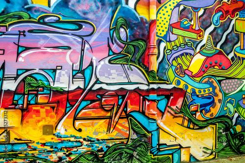 Billede graffitis aux couleurs vives sur murs et gouttières