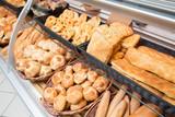 Pane e pizza esposti per la vendita