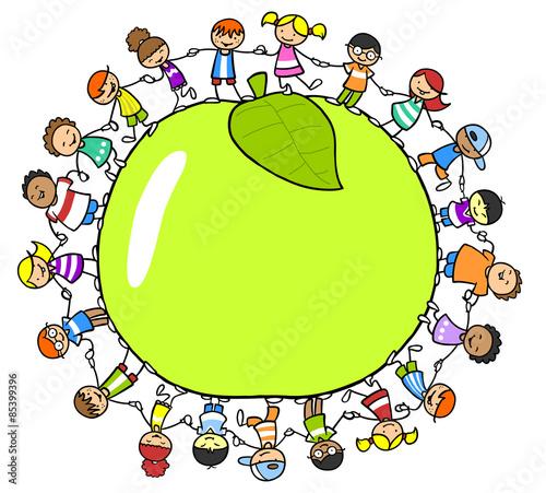 Fototapeta Glückliche Kinder rund um einen Apfel