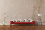 Sofa im Wohnzimmer vor Wand