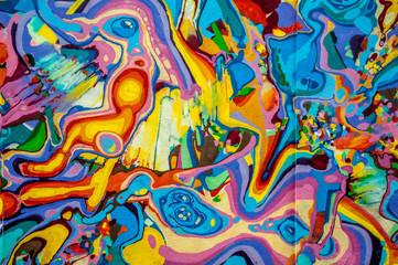 graffitis aux couleurs vives sur murs et gouttières