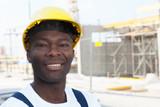 Lachender afrikanischer Bauarbeiter auf der Baustelle - Fine Art prints