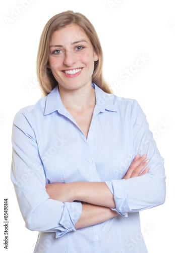 Fröhliche blonde Frau mit verschränkten Armen und blauer Bluse Poster