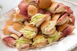 Fototapety Piccoli panini ripieni assortiti in primo piano