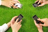 スマートフォンを操作する手 - 85563948