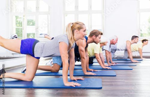 Leinwanddruck Bild Gruppe bei der Gymnastik