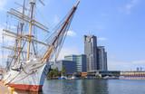Gdynia nad morzem Bałtyckim. Statek Żaglowy (3 - masztowa fregata) zacumowany przy Molo Południowym Portu w Gdyni. W głębi widać wieże drapacza chmur