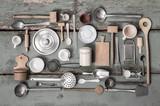 Fototapety Alte Miniaturen Küchen Utensilien als rustikale Dekoration zum Kochen