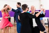 Fototapety Gruppe von Paaren in Tanzschule beim Tanzen