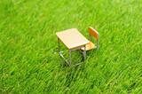 芝生の上の学校の机