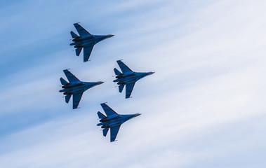 Sylwetki rosyjskich myśliwców na niebie