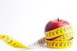 Manzana con cinta sobre fondo blanco (salud y concepto de dieta)