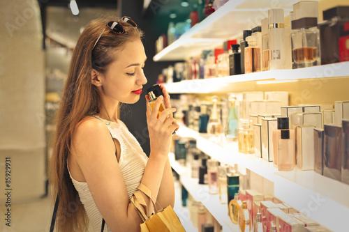 Poster Noble Frau ein Parfüm in einer Parfümerie Auswahl