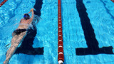 Fototapety Nuotatrice in piscina