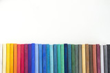 Fototapety スケッチブック上に並んだカラフルなパステル