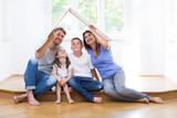 Fototapety Familie träumt vom eigenen Haus