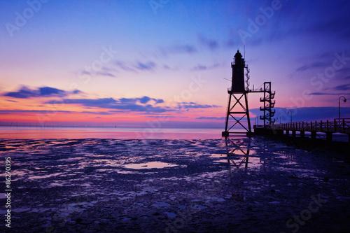Poster Wattenmeer und Leuchtturm im Abendlicht - Dorum