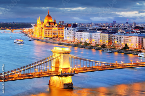 Poster Budapest, night view of Chain Bridge on the Danube river and the
