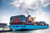 Beladenes Containerschiff im Hafen von Rotterdam