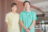 笑顔の男性介護士と女性介護士