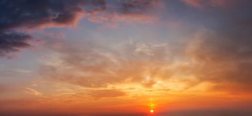 Wieczorne niebo z chmurami