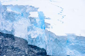 Piękny krajobraz gór lodowych, śniegu i lodu Antarktydy