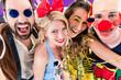Obrazy na płótnie, fototapety, zdjęcia, fotoobrazy drukowane : Frauen und Männer feiern auf Party