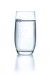 Постер, плакат: Glas mit Wasser vor einem wei
