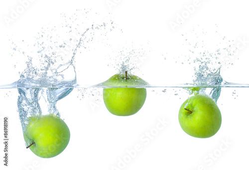 Äpfel fallen ins Wasser mit Spritzern