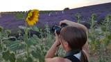 Ragazza che fotografa un girasole