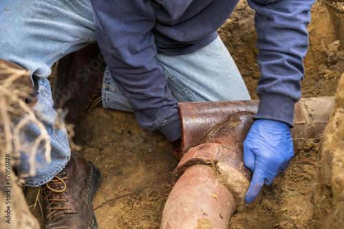 Man Digging Out obstrués égouts Gros Poster