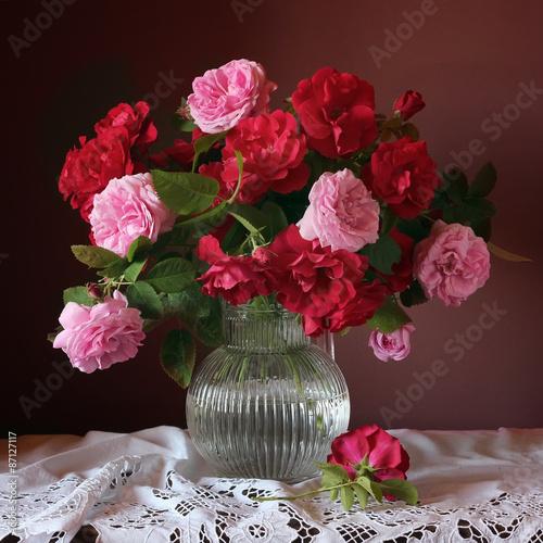 Obraz na Szkle Красные и розовые розы в вазе. Натюрморт с букетом роз в кувшине.