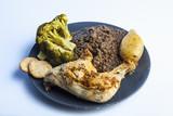 Fototapeta Piatto biologico e iperproteico a base di pollo, lenticchie ,broccoli e biscotti secchi
