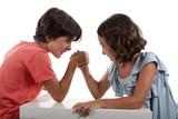 Niño y niña echando un pulso