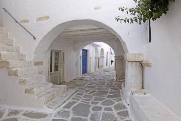 Fototapeta biała uliczka oraz łuki w Grecjii
