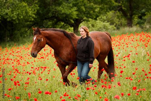 Harmonie zwischen Frau und Pferd im Mohn © Nadine Haase