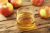 sidro di mele in bicchiere su tavolo di legno rustico