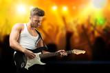Rockmusiker vor tanzendem Publikum