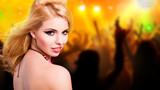 attraktive Frau vor Club-Hintergrund