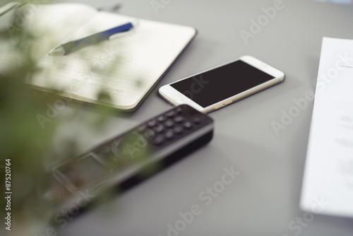 Telefon und handy auf dem schreibtisch poster affiche for Schreibtisch 90x60