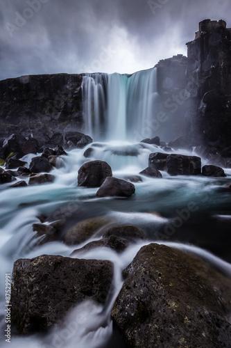 Steiniger Wasserfall in Island Poster