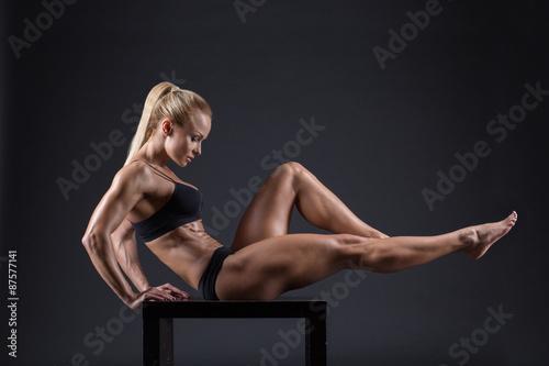obraz PCV Portret pięknej dziewczyny w studio sportowców
