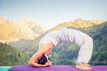 Kobieta robi joga w górach