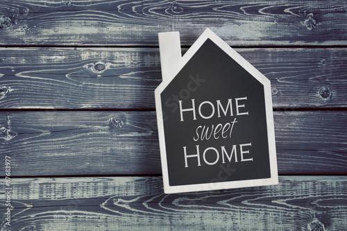 Plakát Dům ve tvaru tabule na dřevěném pozadí