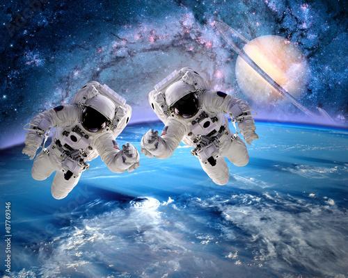 Dwóch astronautów w kosmosie
