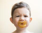Niño con chupete