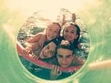 niños jugando en el agua con marco verde
